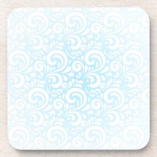 Remolinos suavemente del azul y del blanco posavaso