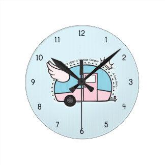 Remolque de campista del vintage reloj redondo mediano