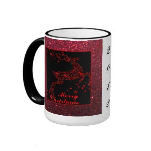 Reno de las Felices Navidad en taza roja