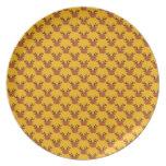 Reno lindo en el oro platos para fiestas