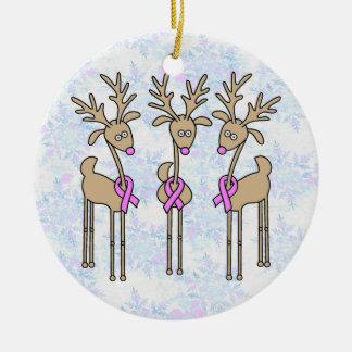 Reno rosado de la cinta - cáncer de pecho adorno navideño redondo de cerámica