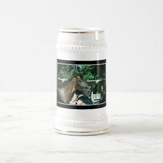 Renuncie el caballo de carreras 1977 jarra de cerveza