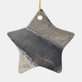Repare el pavimento y la colocación del nuevo adorno de cerámica en forma de estrella