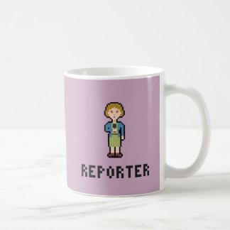 Reportero de la hembra del pixel taza
