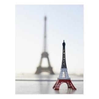 Reproducción de la torre Eiffel con la original Tarjeta Postal
