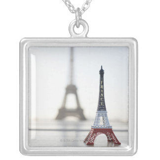 Reproducción de la torre Eiffel con la original un Colgantes
