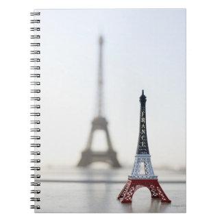 Reproducción de la torre Eiffel con la original un Libros De Apuntes Con Espiral