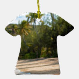Resaca apacible en una playa del Fijian Adorno De Cerámica En Forma De Camiseta