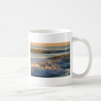 Resaca de la puesta del sol taza de café