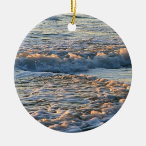 Resaca en la puesta del sol adorno redondo de cerámica