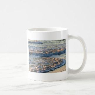 Resaca en la puesta del sol taza de café