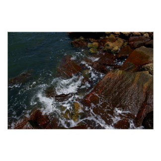 Resaca en las rocas posters