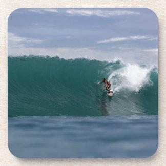 Resaca enorme ondas verdes tropicales del paraíso posavasos de bebida