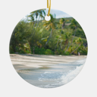 Resaca que se rompe en una playa arenosa adorno navideño redondo de cerámica