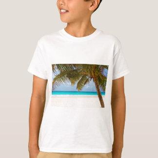 resaca tropical de la arena del agua de la playa camisas