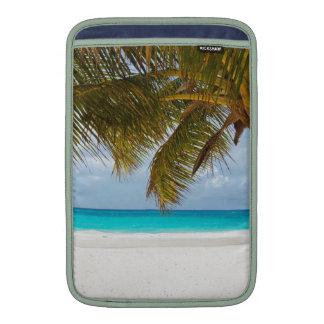 resaca tropical de la arena del agua de la playa funda macbook air