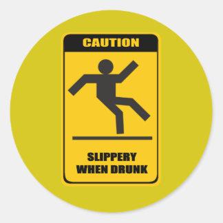 Resbaladizo cuando es borracho pegatina redonda