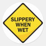 Resbaladizo cuando es mojado etiqueta