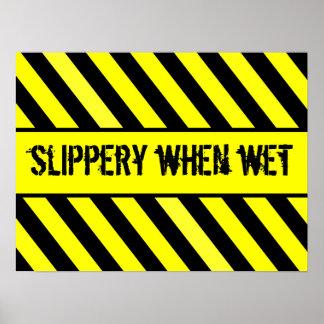 resbaladizo cuando es mojado poster