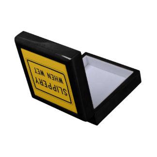 Resbaladizo cuando es mojado, señal de peligro del caja de regalo cuadrada pequeña