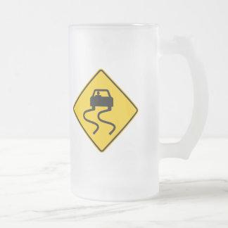 Resbaladizo cuando muestra mojada de la carretera jarra de cerveza esmerilada