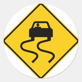 Resbaladizo cuando muestra mojada de la carretera pegatinas redondas
