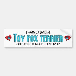 Rescaté a un fox terrier del juguete (el perro mas pegatina para auto