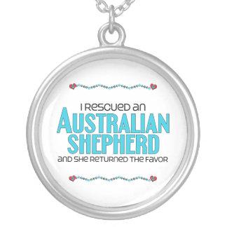 Rescaté a un pastor australiano (el perro femenino colgante redondo