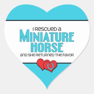 Rescaté un caballo miniatura (el caballo femenino) calcomania de corazon
