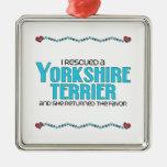 Rescaté un Yorkshire Terrier (el perro femenino) Ornamentos De Navidad