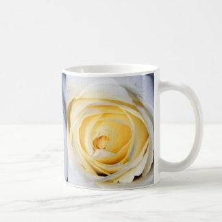 Reserva del blanco la fecha taza básica blanca