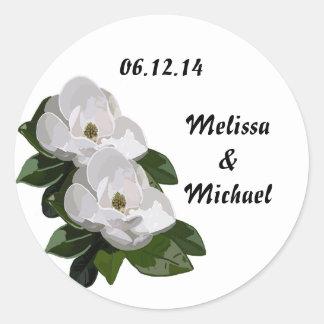 Reserva del boda de la flor de la magnolia la fech pegatinas redondas