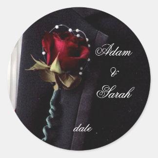 Reserva del rosa de la solapa la fecha pegatina redonda