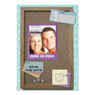 Reserva divertida la tarjeta del corkboard de la invitacion personalizada