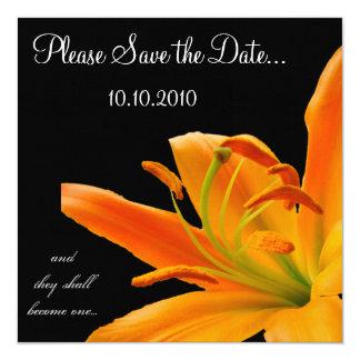 """Reserva--fecha anaranjada del lirio invitación 5.25"""" x 5.25"""""""