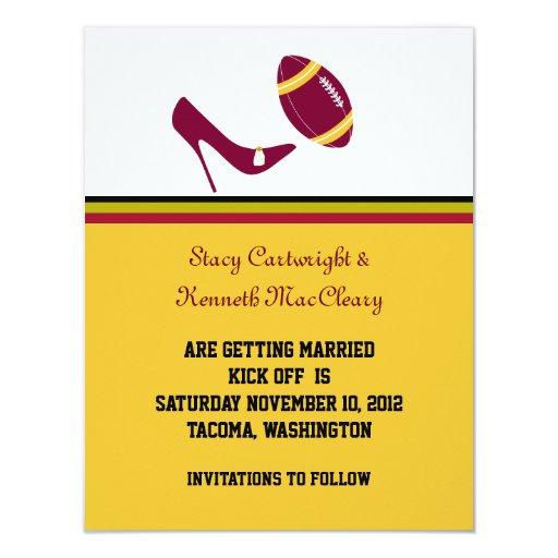 Reserva marrón y amarilla del boda del fútbol la invitación personalizada