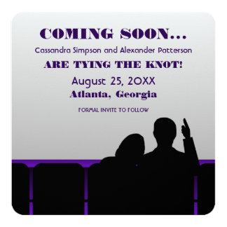 """Reserva púrpura del cine la fecha invitación 5.25"""" x 5.25"""""""