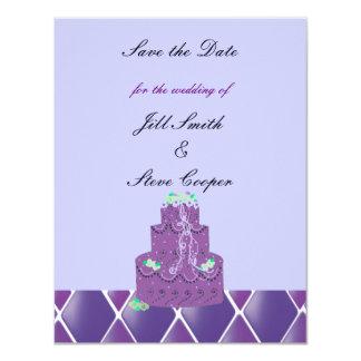 """Reserva púrpura del pastel de bodas la fecha invitación 4.25"""" x 5.5"""""""