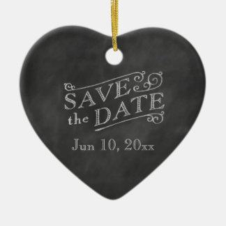 Reserva romántica del corazón la fecha en la adorno navideño de cerámica en forma de corazón