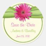Reserva rosada del boda del verde de la margarita pegatina redonda