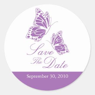 Reserva violeta simple de la mariposa el boda de pegatina redonda