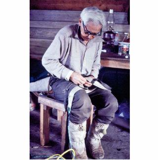 Residente local que trabaja en el arnés del trineo fotoescultura vertical