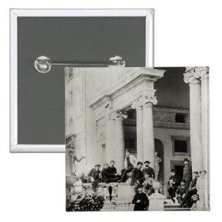 Residentes del chalet Medici en Roma Pin Cuadrada 5 Cm