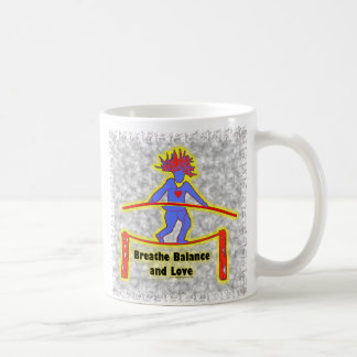 Respiración y amor de la balanza en gris tazas de café