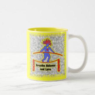 Respiración y amor de la balanza en gris taza de café