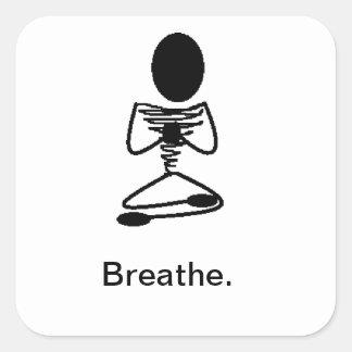 Respire la figura asentada de la mediación pegatina cuadrada