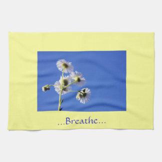 Respire las toallas amarillas/azules de la cita de