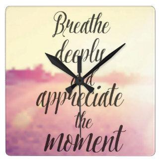 Respire profundamente y aprecie el momento reloj cuadrado