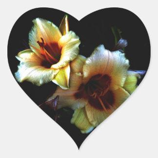 Resplandor amarillo de los lirios pegatina en forma de corazón