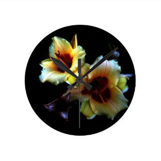 Resplandor amarillo de los lirios reloj redondo mediano